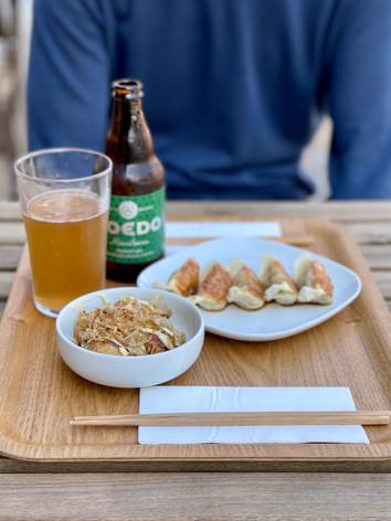 nos entrées : Gyozas et takoyaki