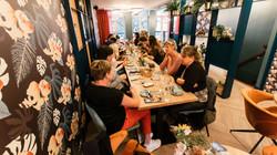 Uit eten met een groep gezelschap in Hel