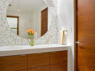 Utilizando espelho no banheiro