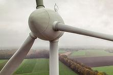 Luftaufnahme einer Windkraftanlage