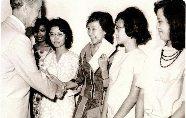 Australian High Commissioner Tom Critchley meeting Malayan Colombo Plan students bound for Australia, 1963