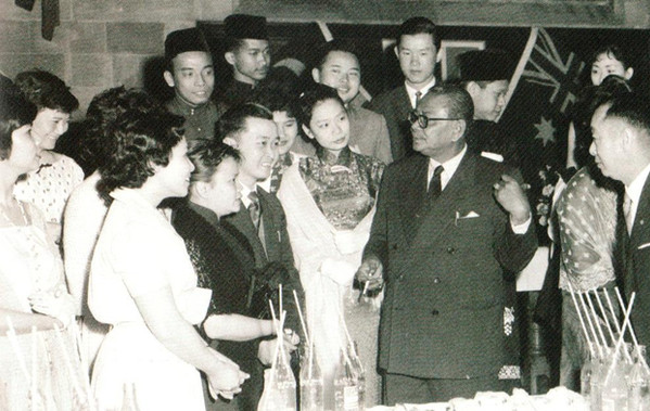 Tunku Abdul Rahman with Malayan students during his visit to Australia, November 1959