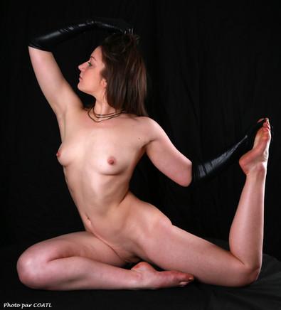 ElaineBlue de noir gantée