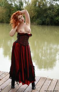 Alixia en rouge