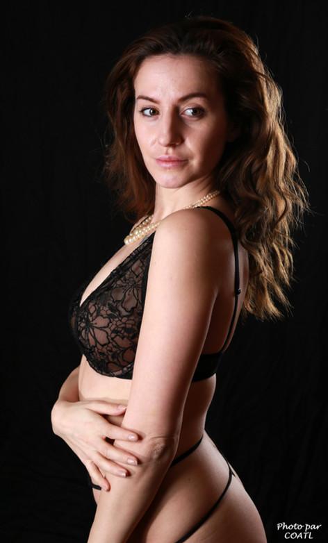Gabriela en lingerie noire