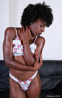 Priscilyah et le divan noir