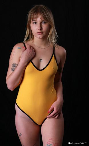 Sofia Loria en jaune