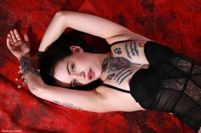 April Laurenz en rouge & noir
