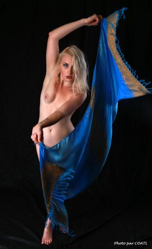 PoeticMinx danse en bleu