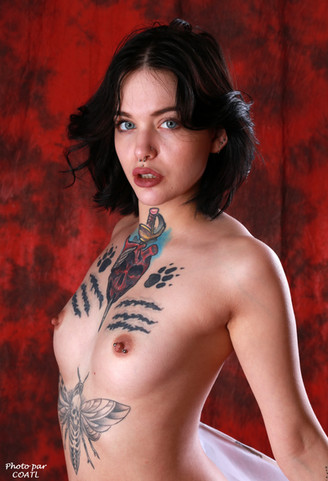 April Laurenz sur rouge