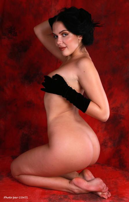 Olga-Maria Veide, noir sur rouge