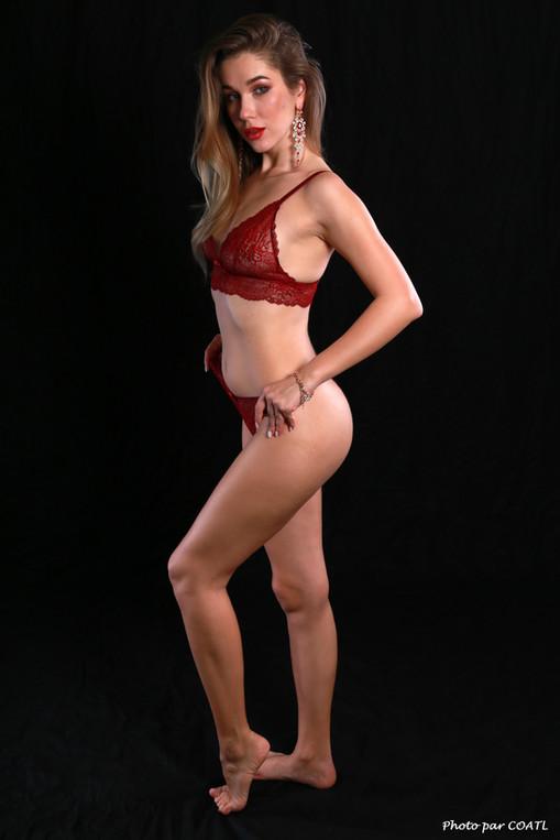 Marianne Valverde en rouge