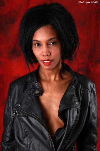 Prissnaela en noir sur rouge