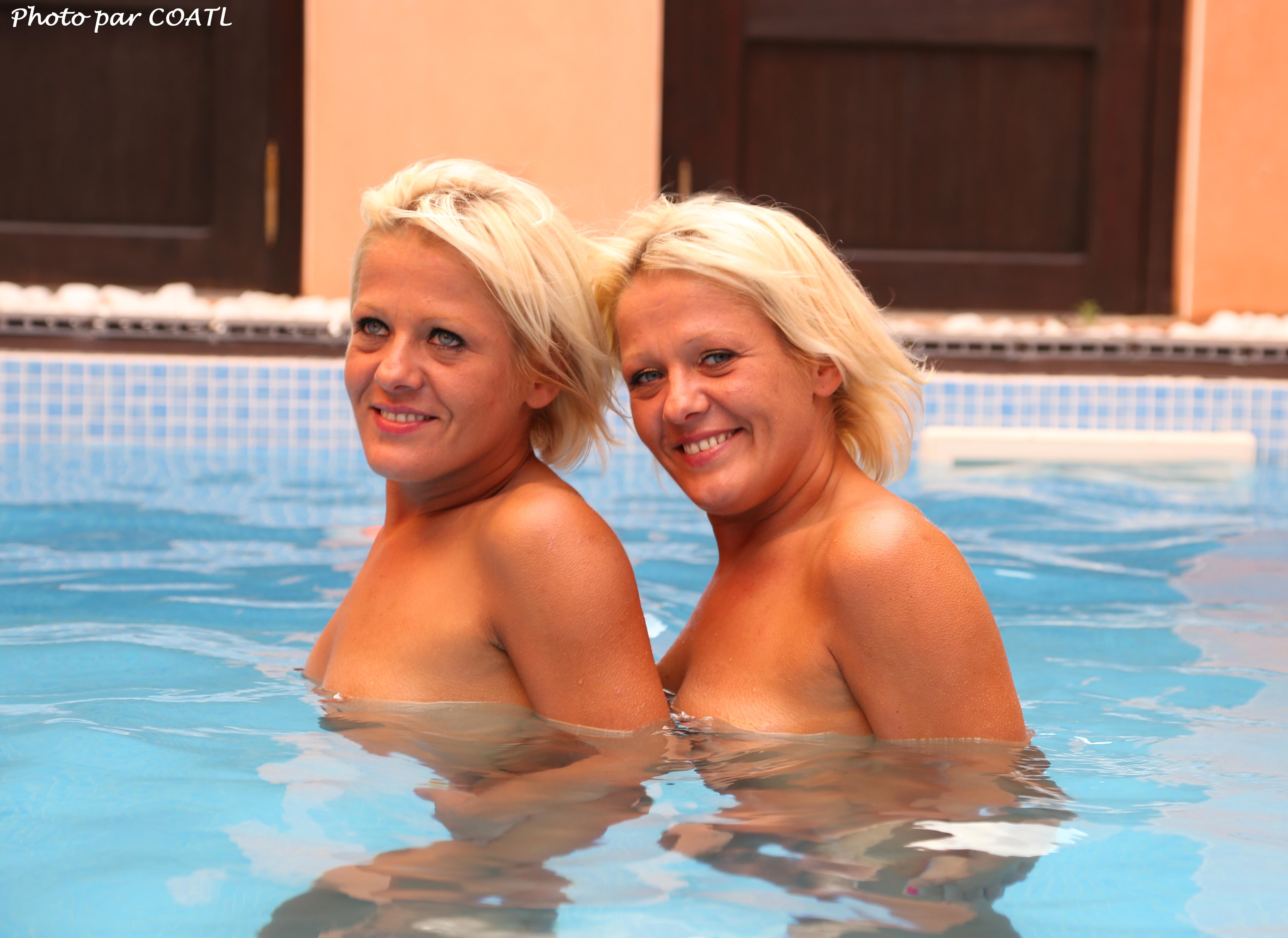 Les jumelles à la piscine 1