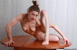 Gabrielle sur la table