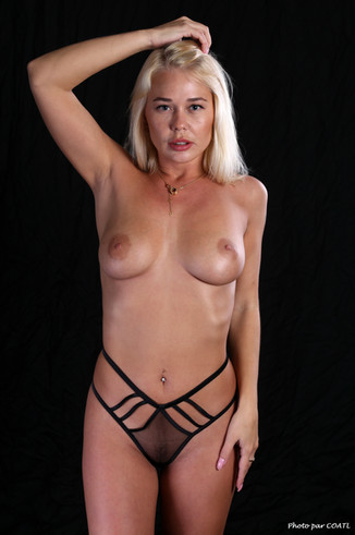 Darina Nikitina, lingerie noire