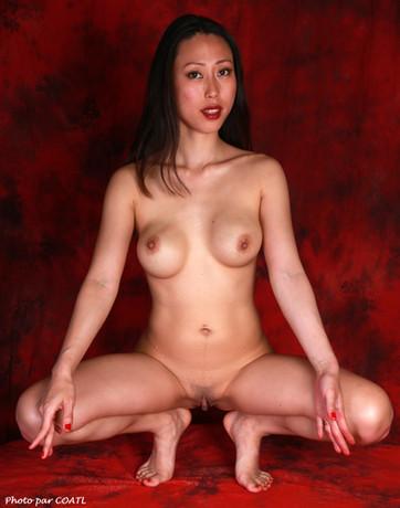 Mika nue sur rouge