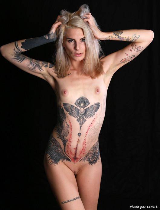 Lola J Renault et ses tatouages à nu