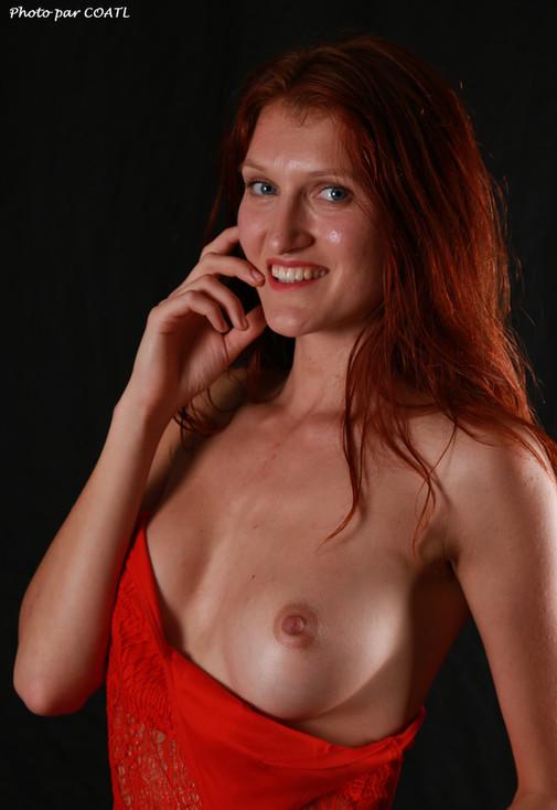 Alesya, en rouge et noir