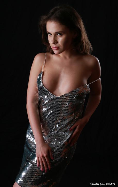 Julia Romanova en robe à paillettes