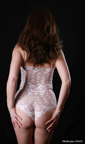 Gabriela en lingerie blanche
