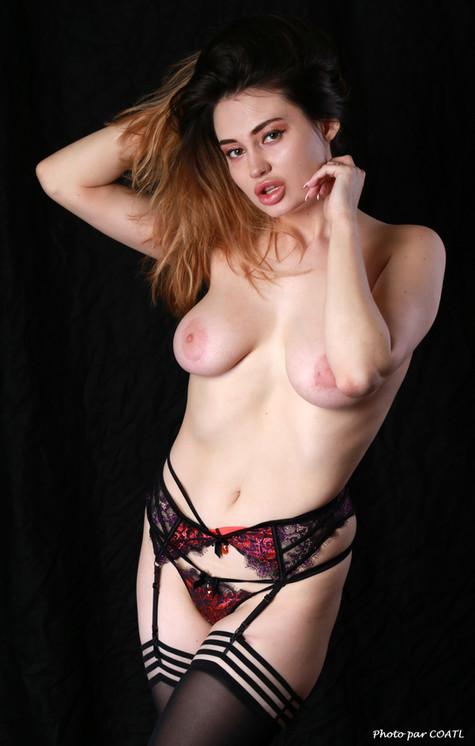 Gabriella Elena Knight en rouge et noir
