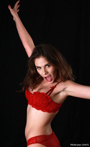 Julia Romanova en rouge