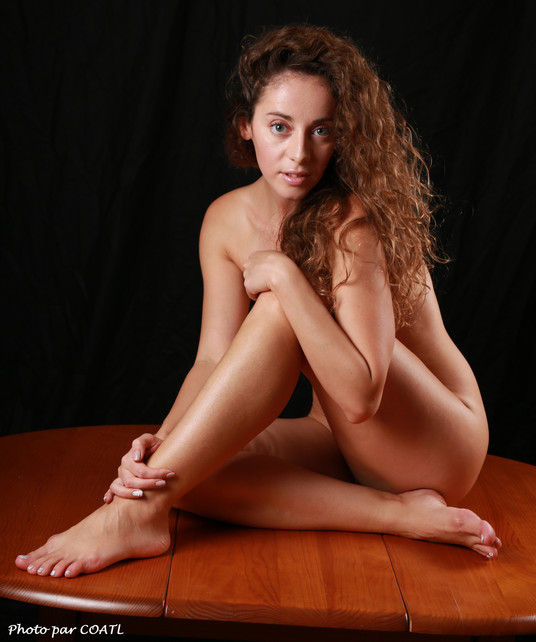 Juliya sur table