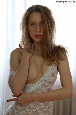 Naomie d'un rien de blanc s'habille