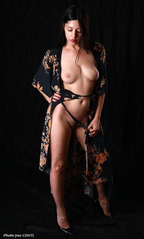 Anita en robe de soie
