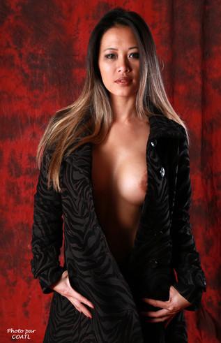 Linh Say en noir sur rouge