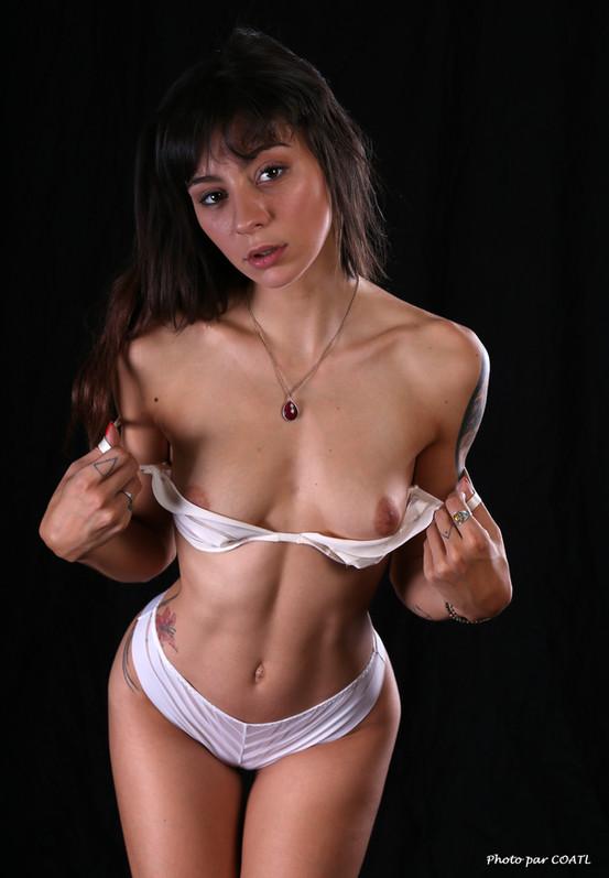 Hanna Mosley, en blanc