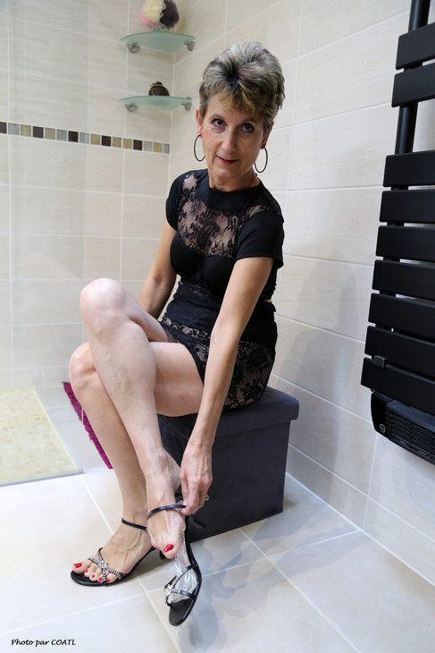 Lory dans la salle de bains