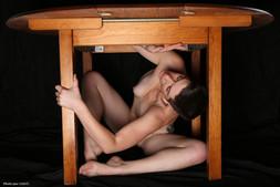 Gabrielle sous la table