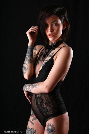 April Laurenz en noir
