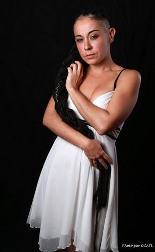 Valentina en petite robe blanche