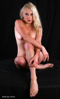 PoeticMinx nue sur table