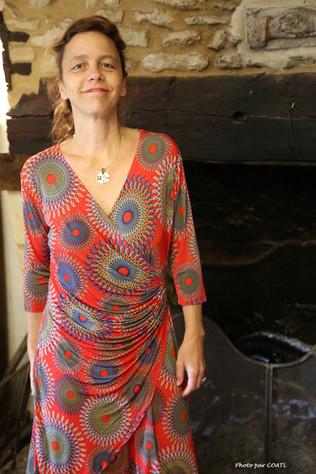 Mélinda devant la cheminée