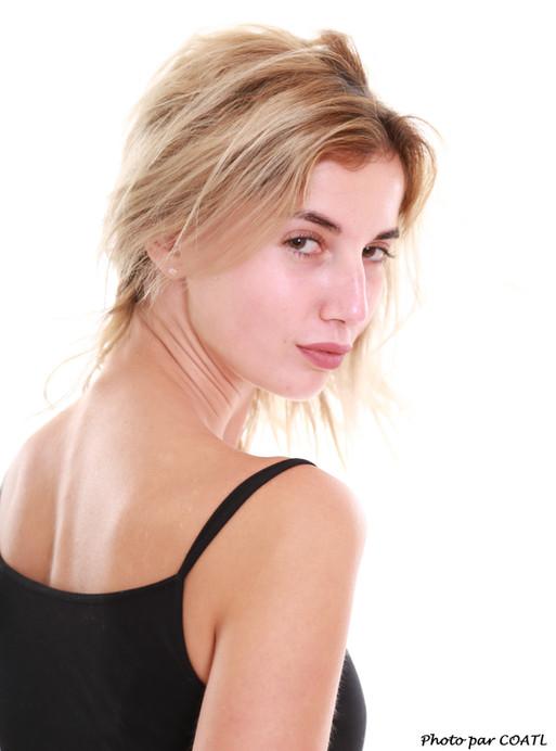 Marina Nelson en noir sur blanc