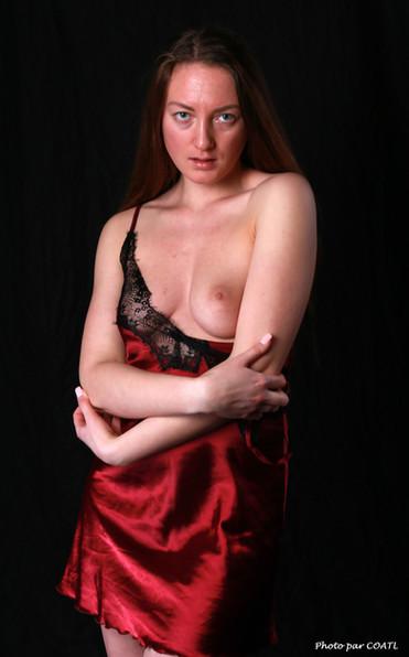 Véronica Allioni, en rouge