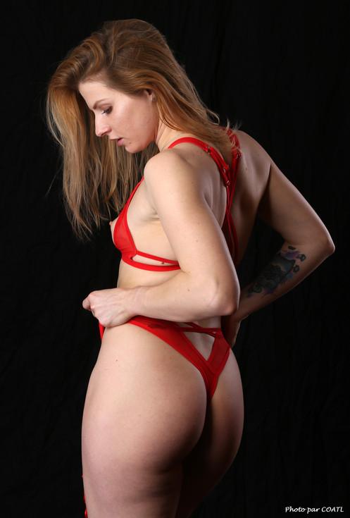 Takha Filatova en rouge