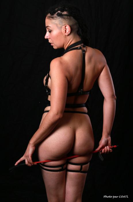 Valentina au harnais dominateur