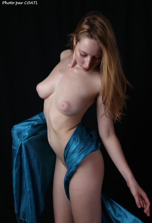 Ada se drape de bleu