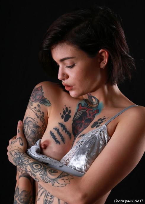 April Laurenz en blanc