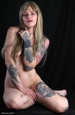 Olya Smile blonde vêtue de tatouages