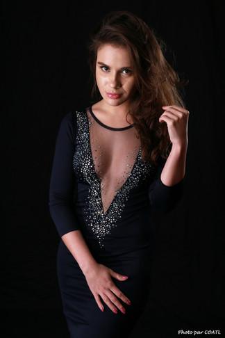 Julia Romanova en robe de soirée