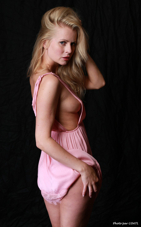 Anna Johansson, tenue rose