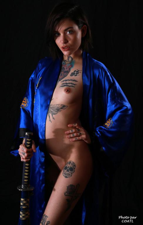 April Laurenz en bleu