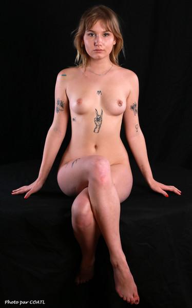 Sofia Loria sur table