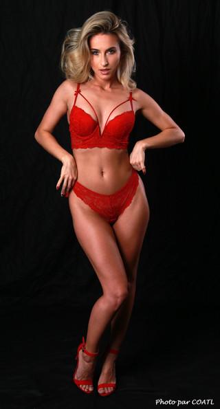 Cara Mell en lingerie rouge